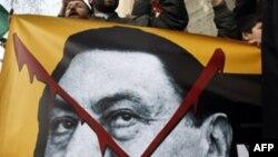 Người biểu tình hô khẩu hiệu đòi chấm dứt chế độ cai trị 30 năm của Tổng thống Ai Cập Hosni Mubarak, Istanbul, 28/1/2011