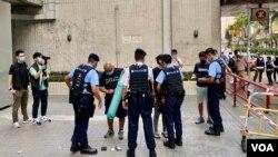 大批全副裝備的軍裝警員在社民連十一遊行起點,花了十幾分鐘搜查參與遊行的4名社民連成員。(美國之音 湯惠芸拍攝)