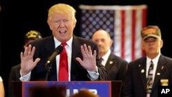 Ứng cử viên tổng thống Đảng Cộng hòa Donald Trump trả lời những câu hỏi về việc quyên góp cho các nhóm cựu chiến binh trong một buổi họp báo ở New York, ngày 31 tháng 5 năm 2016.