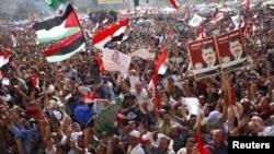 穆尔西的支持者6月24日在埃及的胜利广场庆祝他当选总统