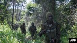 지난해 6월 우간다 정부군이 중앙아프리카 정글에서 '신의 저항군'을 수색하고 있다. (자료사진)