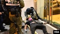 7月28日香港警方在上環文華里一間酒店對開施放催淚彈,之後制服多名示威者,有示威者失去知覺,由警方進行急救。(美國之音湯惠芸拍攝)