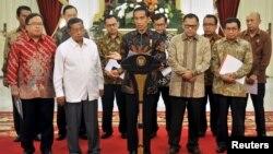 Presiden Joko Widodo (tengah) mengumumkan Paket Kebijakan Ekonomi di Istana Merdeka Jakarta, hari Rabu 9 September 2015 (foto: Antara).