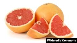 Jeruk Grapefruit CYP23A4, yang bisa berinteraksi dengan beberapa obat-obatan di saluran pencernaan, mengurangi keefektifannya atau meningkatkan potensinya di saluran darah ke tingkat yang berbahaya (Foto: ilustrasi).