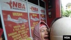 Keluarga para penumpang pesawat menangis di depan kantor PT Nusantara Buana Air (NBA) di Medan (29/9).