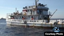 Một trong nhiều tàu Kiểm Ngư Việt Nam bị Trung Quốc đâm móp.