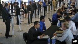 Para pencari kerja AS sedang melakukan wawancara di sebuah bursa kerja di Miami, Florida (foto: dok).