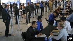 Para pencari kerja AS menghadiri bursa kerja di Miami, negara bagian Florida (foto: dok). Jumlah warga Amerika yang mengajukan permohonan tunjangan pengangguran turun dari pekan sebelumnya.