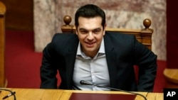 PM Yunani Alexis Tsipras saat menghadiri pemungutan suara terhadap RUU dana talangan di parlemen Yunani di Athena, Selasa (15/12).