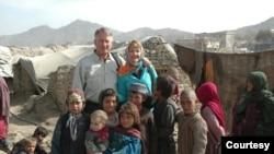 拉米亞阿富汗基金會創始人,退休美國空軍中將約翰·布萊德利和妻子簡·布萊德利在阿富汗與當地孩子們在一起。 (照片由拉米亞阿富汗基金會提供)