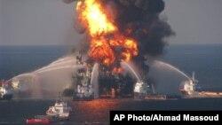 """美國海岸警衛隊2010年提供的照片﹐救援人員正努力撲救""""深海地平線""""石油鑽井平台漏油引發的大火。"""