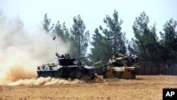 在土耳其-叙利亚边界附近的土耳其军队坦克和装甲车(2016年8月23日)