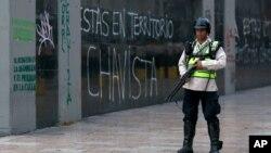 Un agente de la Guardia Nacional Bolivariana cerca del edificio de la Asamblea Nacional, donde se ha pedido la detitución del presidente Nicolás Maduro.