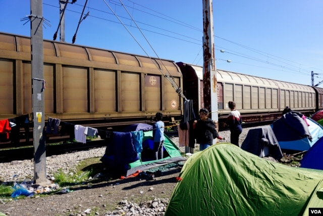 In the last few days tents have gone up close to passing cargo trains in Idomeni, Greece, near the Macedonia border. (Jamie Dettmer for VOA)