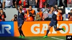 Penyerang AS Chris Wondolowski merayakan golnya bersama reman satu tim Brad Davis dalam babak pertama pertandingan persahabatan melawan Korea Selatan di Carson, California, 1 Februari 2014.