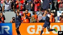 United States forward Chris Wondolowski (l) celebrates his goal with teammate Brad Davis during the first half of a friendly soccer match against South Korea in Carson, California, Feb. 1, 2014.