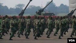 Pameran kekuatan pasukan TNI AD dalam Peringatan HUT TNI ke 67 di Bandara Halim Perdanakusuma Jakarta, 5 Oktober 2012 (foto: VOA/Andylala).