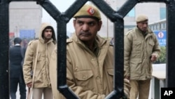 Polisi India mengamankan komplek pengadilan yang menyidangkan para tertuduh pemerkosaan terhadap seorang perempuan di bis di New Delhi (foto: dok).