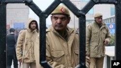 Polisi India berjaga-jaga di komplek Pengadilan Distrik di mana pengadilan cepat dibentuk hari Rabu untuk menyidangkan kasus perkosaan dan pembunuhan atas perempuan di New Delhi, India (3/1).