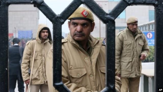 Polisi menjaga gedung pengadilan di New Delhi yang menggelar sidang kasus perkosaan (3/1). Masyarakat India menilai polisi lambat menolong korban perkosaan.