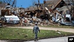 一名軍人在俄克拉荷馬州穆爾市被摧毀建築前走過。