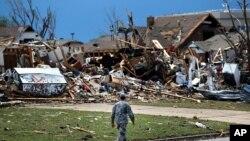 Cảnh tượng đổ nát sau trận lốc xoáy tại thị trấn Moore, Oklahoma, ngày 21/5/2013.