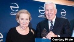 Sobiq senator Richard Lugar va Madlen Olbrayt, sobiq Davlat kotibasi