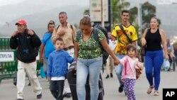 Foto de archivo del 28 de junio del 2018, en la que una migrante venezolana, Yelitza Fuenmayor, cruza el puente internacional Simón Bolívar junto con sus hijos para llegara Cúcuta, Colombia.