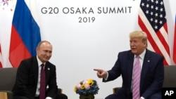 Prezidan Donald Trump ki t ap rakontre ak lidè Larisi a, Vladimir Putin, nan Somè G-20 an nan vil Osaka, Peyi Japon, nan dat 28 jen 2019 la. (Foto: AP/Susan Walsh).