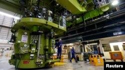 工作人员在英国的欣克利角B核电站里工作(2012年12月13日)