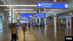 莫斯科一家國際機場的大廳,許多土耳其人現在已被禁止入境。(美國之音白樺拍攝)