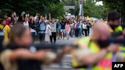 Полиция эвакуирует людей из торгового центра Олимпия в Мюнхене. Германия. 22 июля 2016 г.