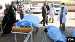 Jenazah-jenazah serangan bunuh diri serupa sehari sebelumnya di Tikrit, Irak utara (18/1).