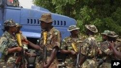 Wasu sojojin Najeriya su na gadin shugaba Goodluck Jonathan lokacin da ya ziyarci gidan marigayi shugaba Umaru Musa 'Yar'aduwa a Katsina, 8 Mayu, 2010