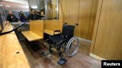 Chiếc xe lăn của cựu quân nhân Rwanda Pascal Simbikangwa được nhìn thấy trước khi bắt đầu phiên xét xử tại tòa án Paris, 4/2/2014