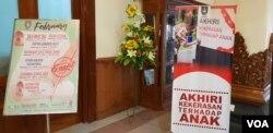 """Banner Kampanye """"Akhiri Kekerasan terhadap Anak"""" di depan ruangan yang digunakan untuk pertemuan KPAI dengan Walikota Solo.(Foto: VOA/Yudha)"""