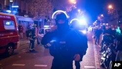 Polisi khusus Perancis mengepung lokasi gedung konser Bataclan pasca serangan di Paris (13/11). Jaksa Italia mengatakan dalam upaya melawan teror, tidak mungkin sebuah negara bisa melakukan semuanya sendirian.