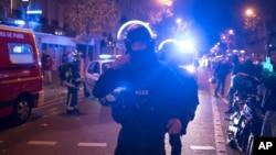 Polisi khusus Paris saat tiba di gedung konser Bataclan di mana terjadi serangan maut 13 November lalu (foto: dok).