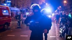 Polisi khusus Perancis saat tiba di teater Bataclan, di mana militan bersenjata membunuh puluhan orang yang semula dijadikan sandera, Jumat malam (13/11).