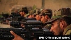 قبائلی علاقے شمالی وزیرستان میں مصروف عمل پاکستانی فوجی۔ فائل فوٹو