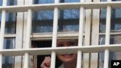 Cựu Thủ tướng Yulia Tymoshenko nhìn ra cửa sổ nhà tù ở Kiev, Ukraina