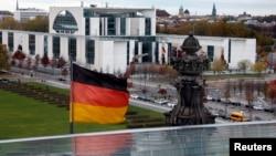 Le drapeau allemand flotte au-dessous du bâtiment de la Chancellerie.