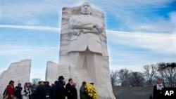El alcalde de Washington, Vincent Gray, cuarto desde la izquierda, participa en los actos en honor a Martin Luther King Jr., en el monumento situado en el National Mall de la capital estadounidense.