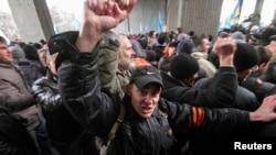 以俄罗斯族为主的民众在克里米亚议会大厦附近集会。(2014年2月26日)