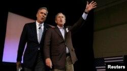 조지 W. 부시 전 미 대통령(오른쪽)이 15일 미국 사우스캐롤라이나 주 찰스턴에서 열린 젭 부시 공화당 경선 후보 선거운동에 참석해 지지를 호소했다.