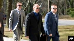 2016年3月3日,警察尼罗(左)、赖斯和米勒来到马里兰州安纳波利斯市的马里兰上诉法院。在黑人青年格雷死亡一案中有六名警察受到起诉。