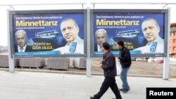 Turkiya rahbari Rajab Toyib Erdog'an (o'ngda) va Isroil Bosh vaziri Benyamin Netanyaxu tasvirlangan plakat Anqarada (Arxivdagi surat, 2013-yil).