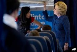 希拉里·克林顿在竞选专机上和她的高级助理Huma Abedin交谈(2016年10月28日)