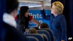 Hilari Klinton u razgovoru sa savetnicom Humom Abedin u avionu