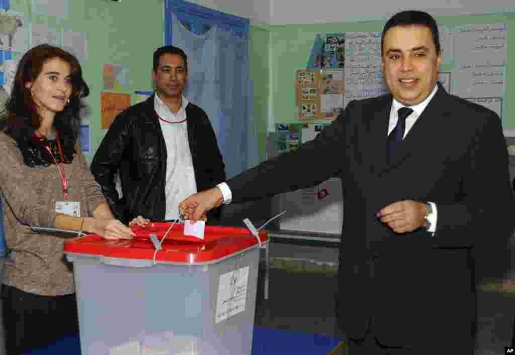 نخست وزير سابق تونس، مهدی جمعه، رای خود را به صندوق می اندازد- ۳۰ آذر ۱۳۹۳ (۲۱ دسامبر ۲۰۱۴)